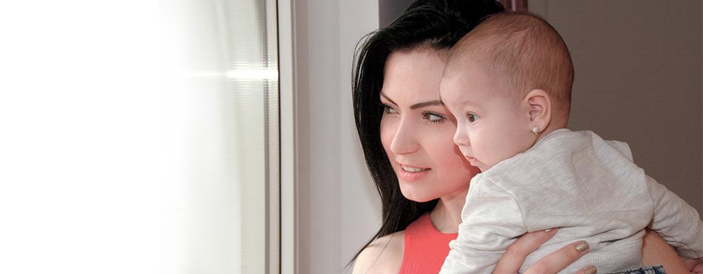 Мама с малышом смотрят в окно